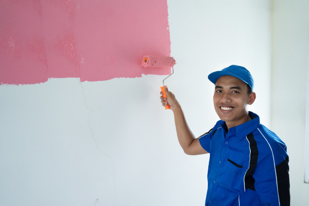 mand der maler på væggen