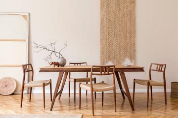 brunt træspisebord i stue